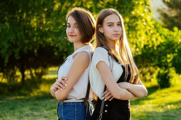 Studente di due migliori amiche di amicizia in posa nel parco