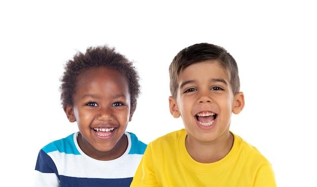 Due bambini divertenti che giocano isolati su un bianco