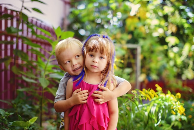 Due bambini divertenti nel giardino verde