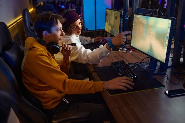 Due giocatori con le cuffie giocano nel club di gioco