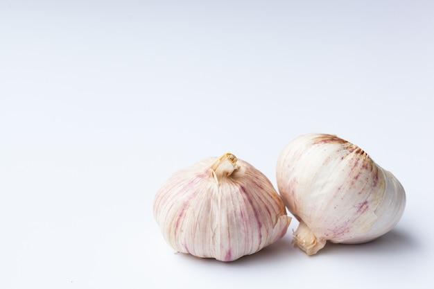 Due aglio isolato su sfondo bianco, includono il tracciato di ritaglio. isolato su sfondo bianco.