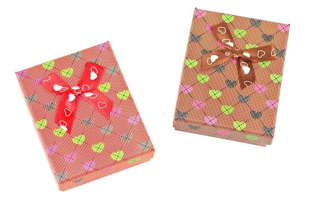 Due scatole regalo isolate su sfondo bianco