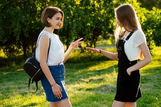 Due amiche che si incontrano nel parco