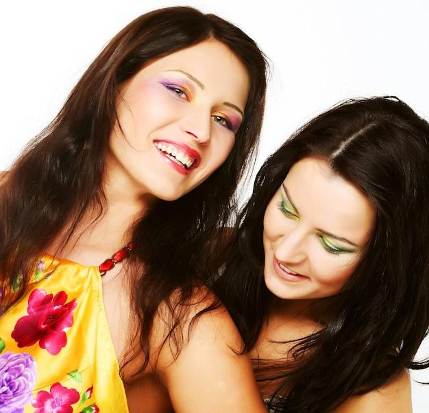 Due amiche insieme sorridenti, foto in studio