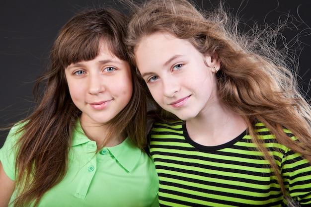 Due sorelle migliori amiche insieme sorridenti