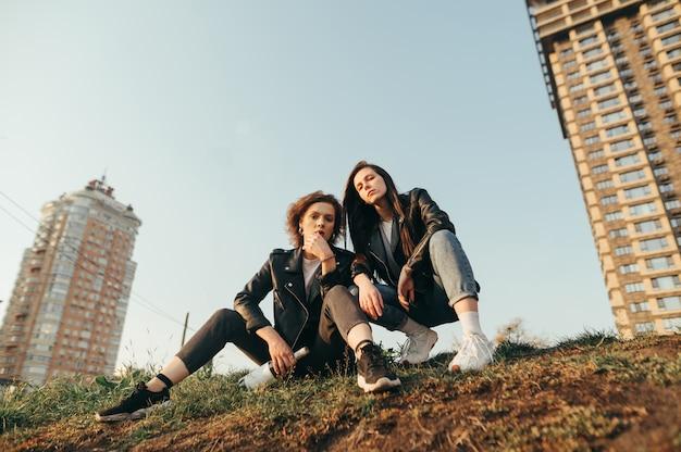 Due amiche in giacche di pelle in una passeggiata in città