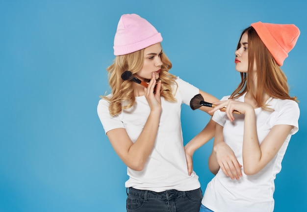 Due amiche in abiti moderni trucco amicizia studio