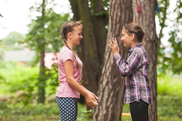 Due ragazze stanno giocando