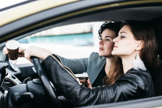 Due ragazze stanno cavalcando in un'auto