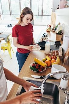 Due amici di ragazze che preparano la colazione e in un concetto di cucina cucina, culinaria, stile di vita sano