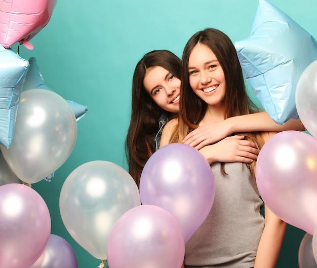 Due amiche con palloncini colorati