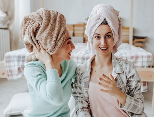 Due ragazze fanno maschere di bellezza per capelli e viso fatte in casa