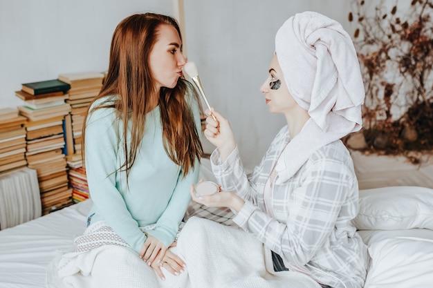 Due ragazze realizzano maschere e toppe per la bellezza del viso e dei capelli