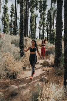Due ragazze, una caucasica e l'altra nera, fanno sport durante una gita