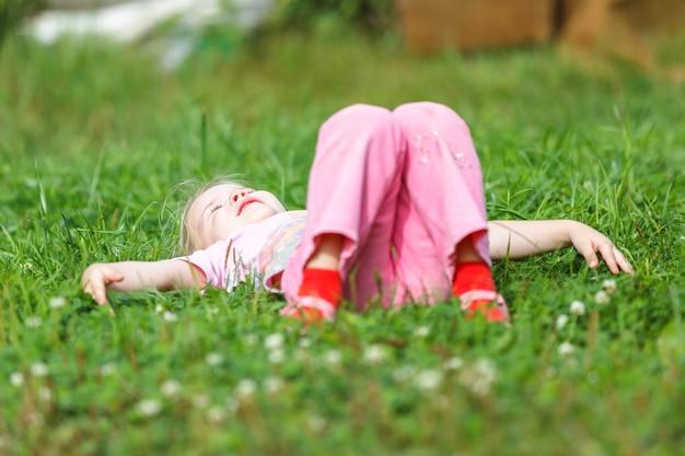 Due ragazze che giocano sull'erba verde