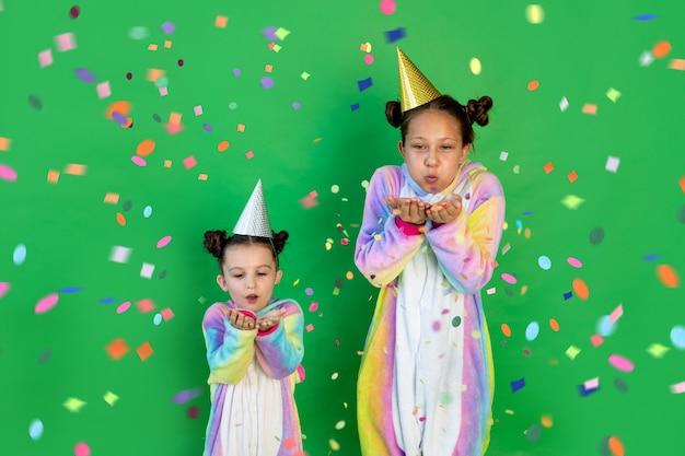 Due sorelle ragazze con coriandoli