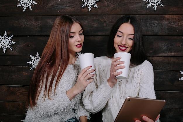 Due ragazze che guardano qualcosa su una tavoletta