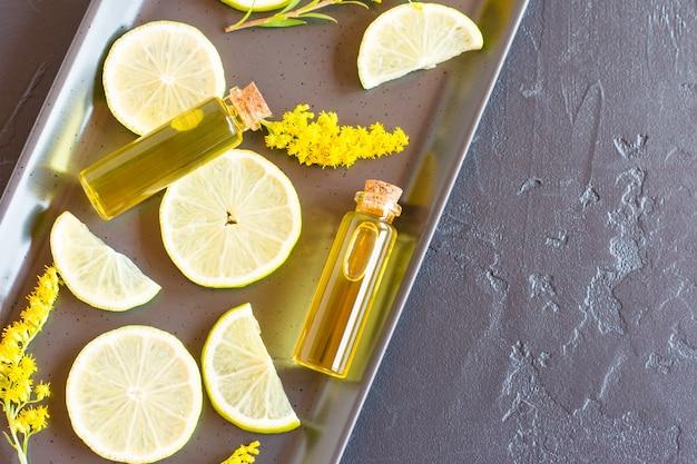 Due bottiglie di vetro chiuse con sughero kryzhka con olio essenziale di agrumi. il concetto di benessere e nelle finalità mediche.