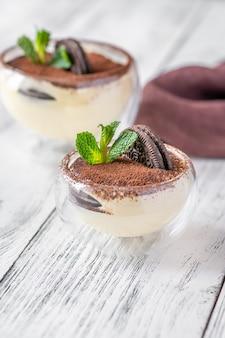 Due ciotole di vetro di dessert con biscotti e crema di formaggio