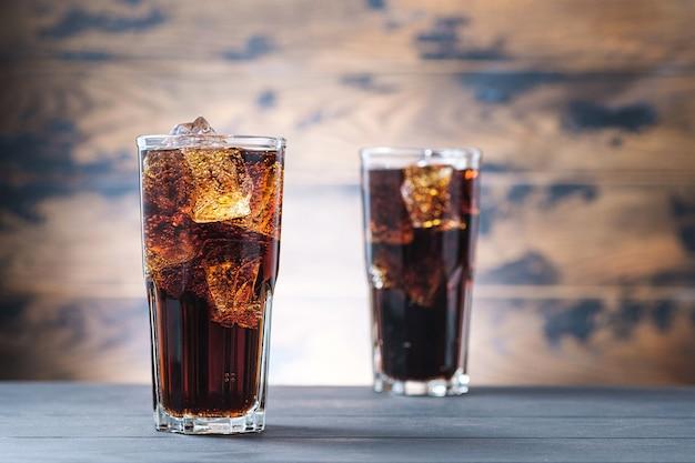 Due bicchieri di bevanda con limonata fredda e cubetti di ghiaccio. copia spazio per il testo
