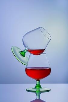 Due bicchieri di brandy o cognac e bottiglia sul tavolo.