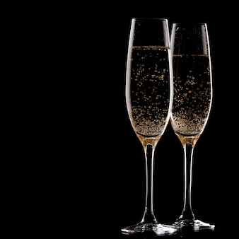 Due bicchieri di champagne su sfondo nero