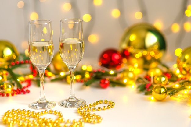 Due bicchieri di champagne in decorazioni natalizie