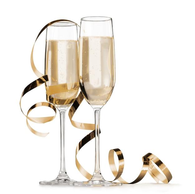 Due bicchieri di champagne isolati su sfondo bianco