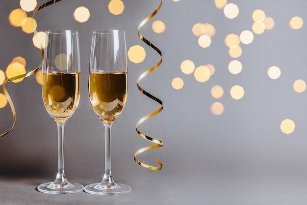 Due bicchieri di champagne con nastro dorato