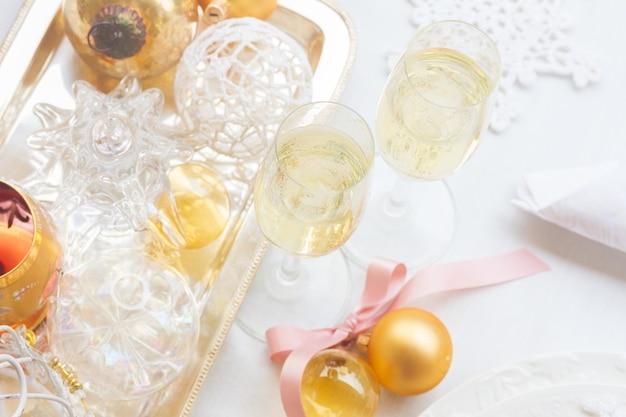 Due bicchieri di champagne di natale