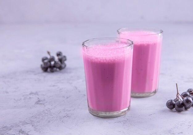 Due bicchieri di un cocktail di chokeberry