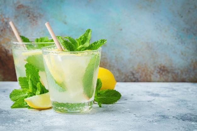 Due bicchieri di cocktail mojito su sfondo di marmo blu