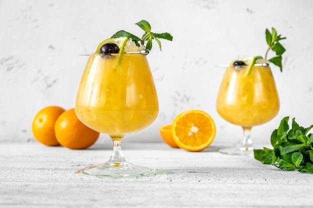 Due bicchieri di cocktail ordine di quarantena guarniti con menta