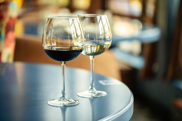 Due bicchieri di vino rosso e bianco al ristorante