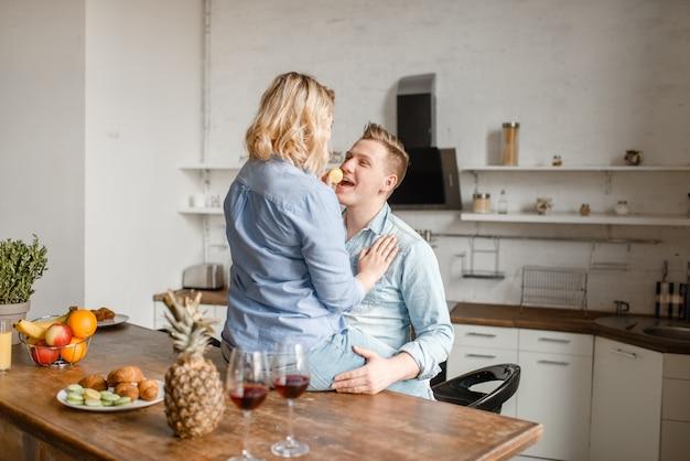 Due bicchieri di vino rosso, abbracciare le coppie di amore