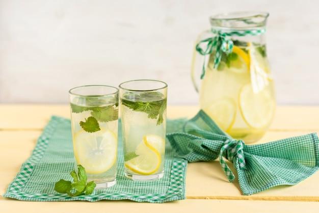 Due bicchieri di limonata rinfrescante.