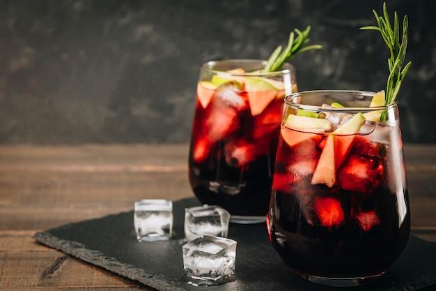 Due bicchieri di sangria con ghiaccio.
