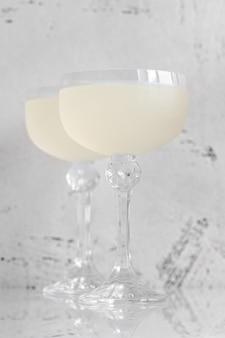 Due bicchieri di white lady cocktail