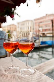 Due bicchieri con aperol spritz a venezia, italia