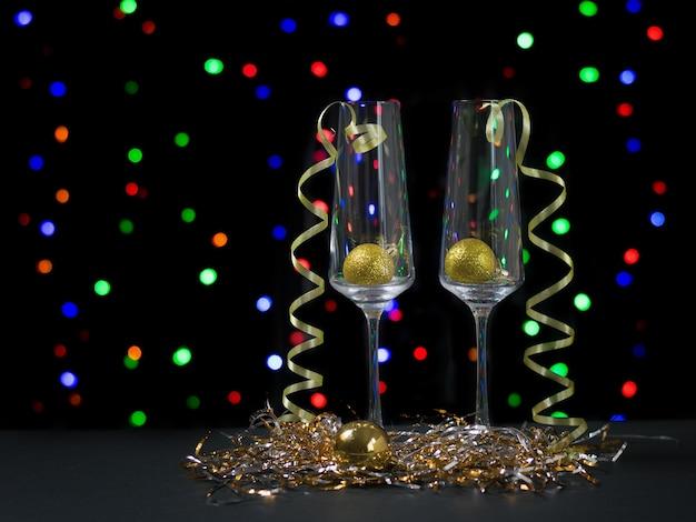 Due bicchieri con decorazioni natalizie. felice anno nuovo