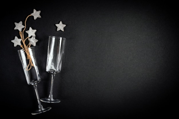 Due bicchieri con decoraion di catrame in legno con concetto di celebrazione laica piatta corda