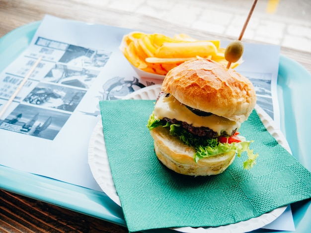 Due hamburger su un vassoio in un caffè. burger cafe a spalato, sul lungomare, croazia.