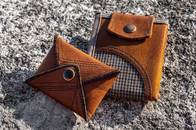 Due portafogli fatti a mano in pelle marrone. accessorio di moda.