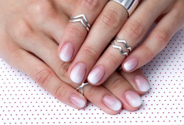 Due mani con manicure