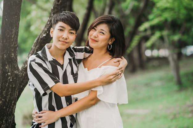 Due coppie lesbiche asiatiche felici nell'amore