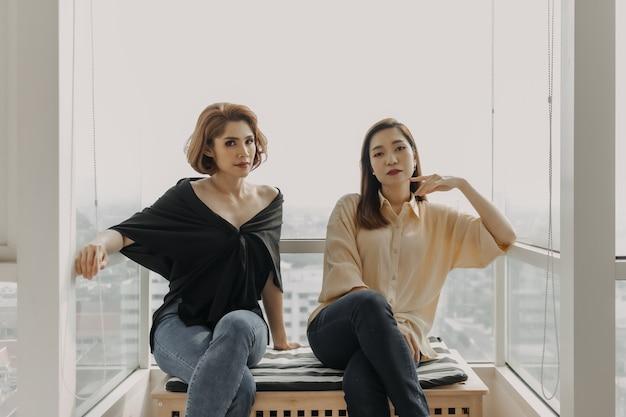 Due donne asiatiche felici stanno prendendo insieme la fotografia. concetto di amicizia.