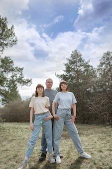 Due ragazze felici sorridenti ritratto di donne che abbracciano il concetto di relazioni negli amici di famiglia...