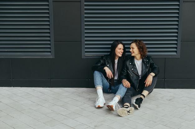 Due ragazze felici in abiti casual alla moda
