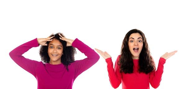 Due amici felici dell'adolescente isolati su una priorità bassa bianca