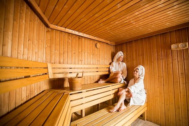 Due giovani donne felici di relax in una sauna secca